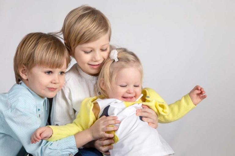 Семейная фотосессия на белом фоне в студии