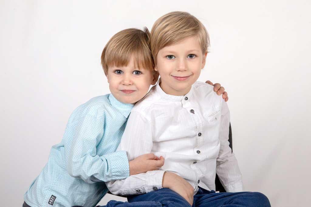 Детская семейная фотосессияСемейная фотосессия на белом фоне в студии